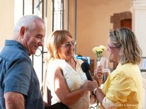 Francesc Vila i Marina Gensana, donant la seva opinió sobre els actes del dia 1 d'Octubre, valorant la sardana de doble rotllana al voltant de la Torre dels Frares. Foto: Jordi Aparicio
